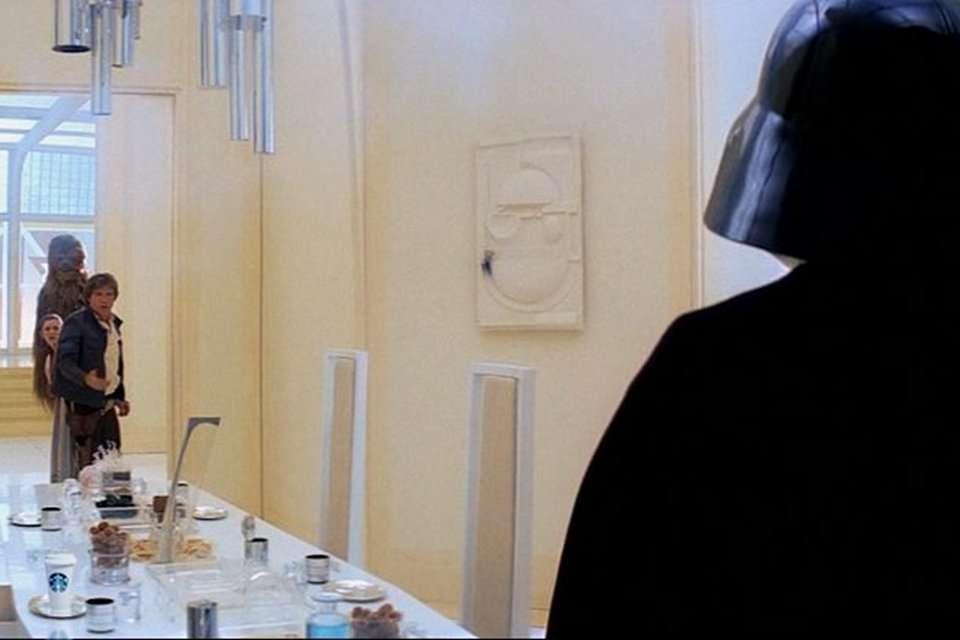 """Стаканчик из-под кофе в кадре из фильма """"Звёздные войны. Эпизод V: Империя наносит ответный удар"""""""