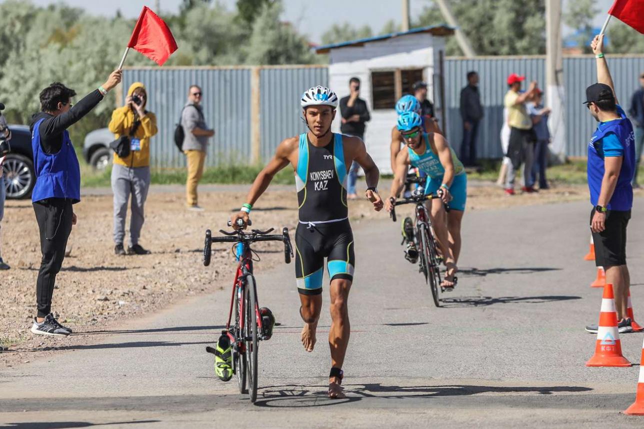... после чего триатлонисты пересели на велосипеды