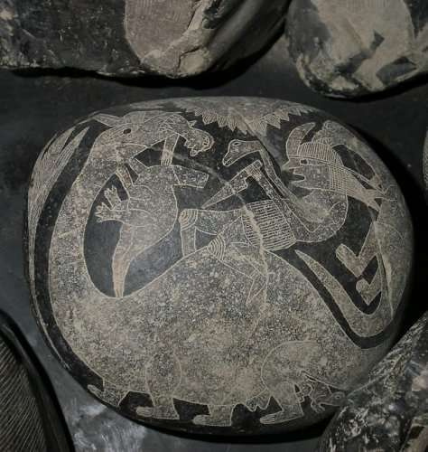 Бойы динозаврмен бірдей адамның тастағы таңбасы