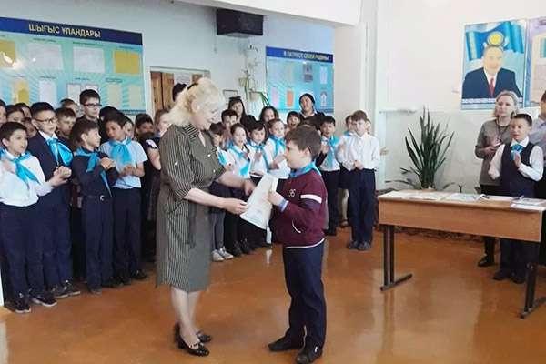 Мальчика наградили грамотой в школе