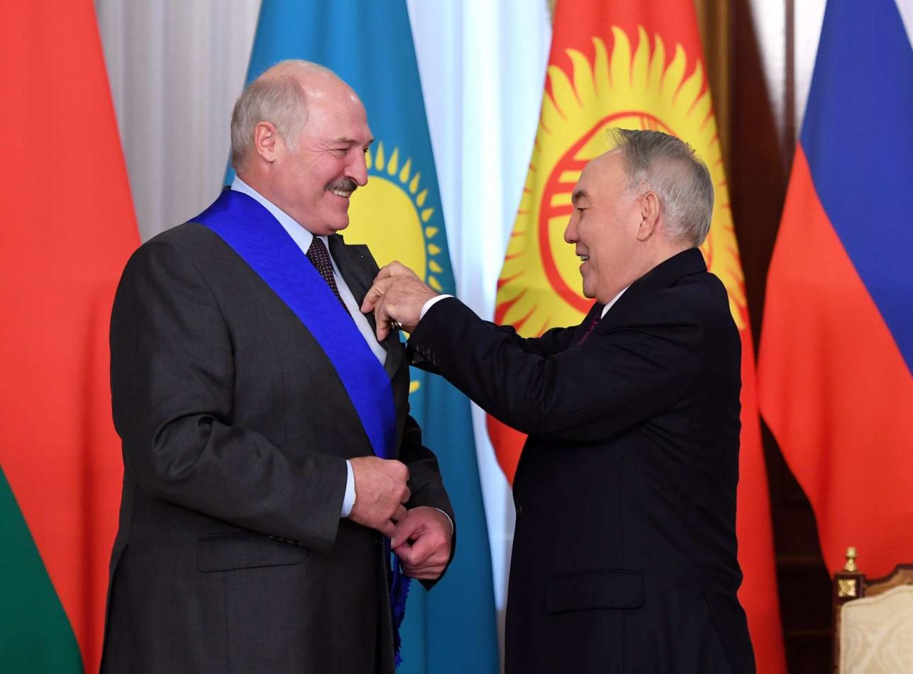 Назарбаев вручил орден Лукашенко