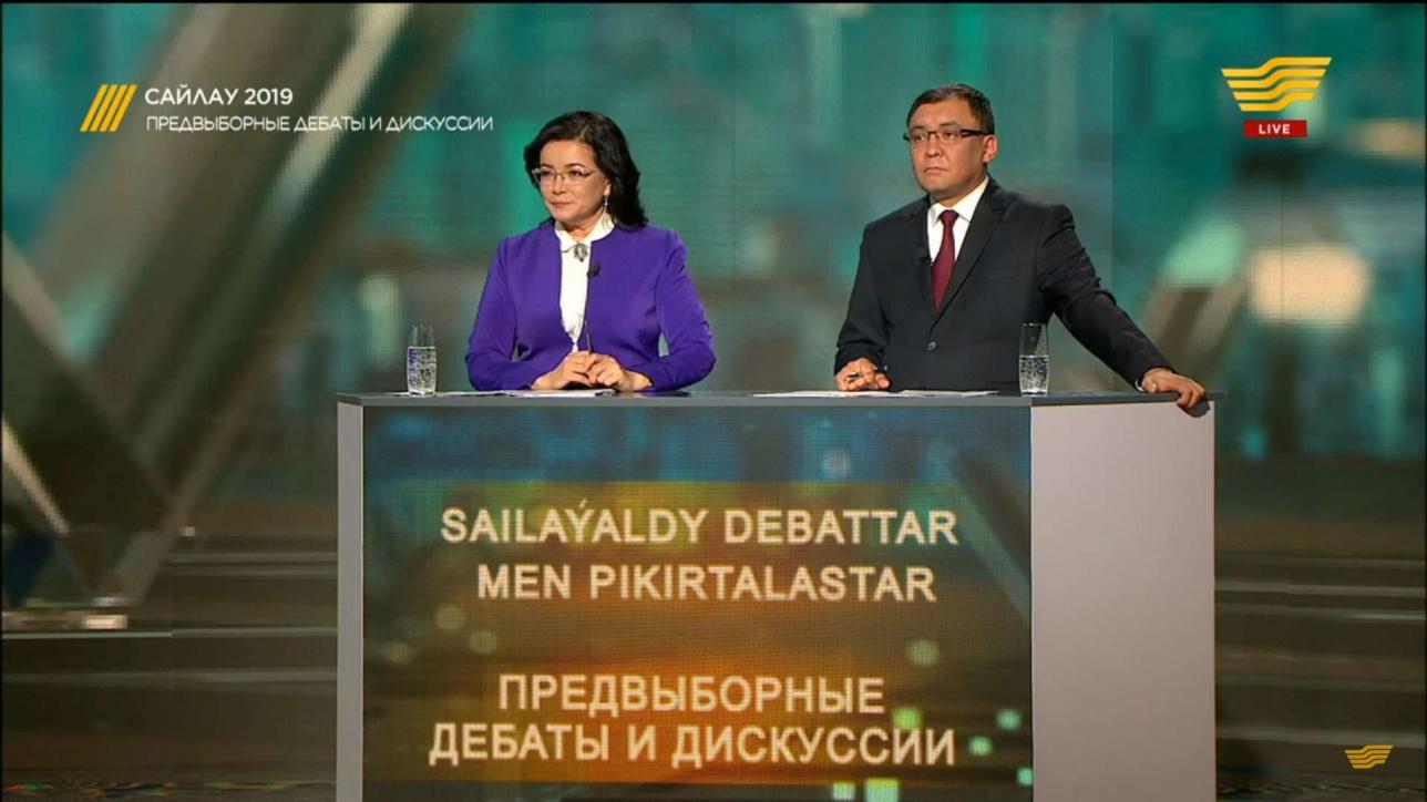 Ведущие теледебатов Ерлан Игисинов и Кымбат Досжан