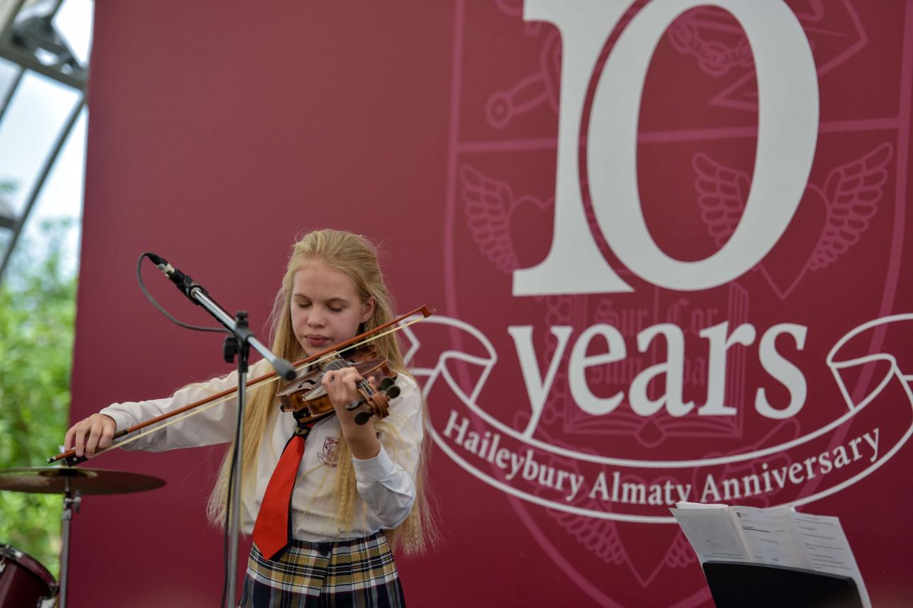 Ученица Haileybury Almaty на праздновании 10-летия школы
