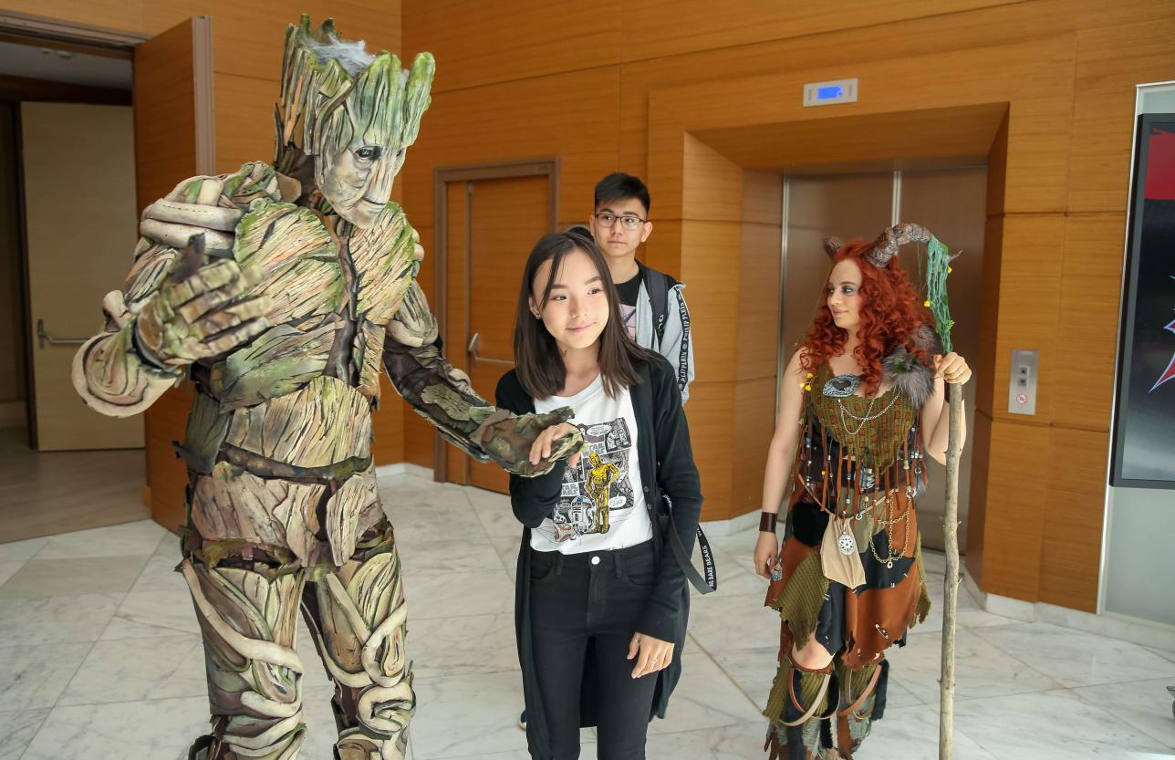 Многие костюмы для фестиваля косплееры делают своими руками