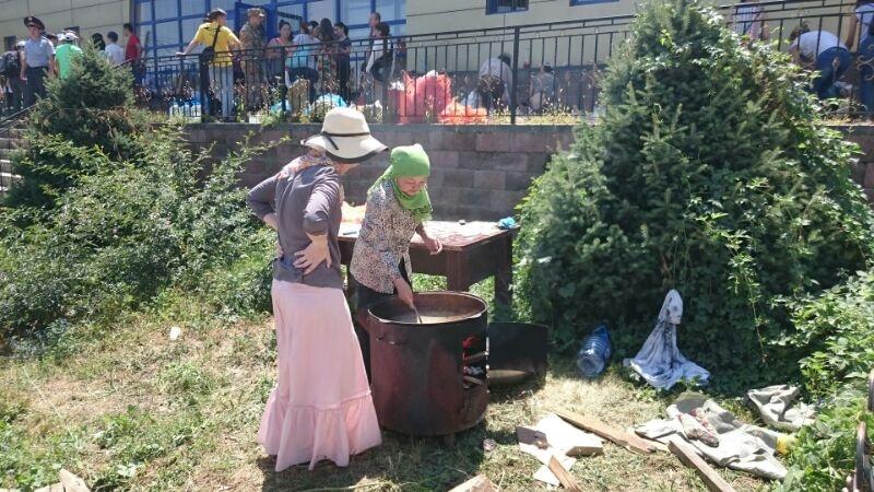 Волонтёры готовят еду для пострадавших