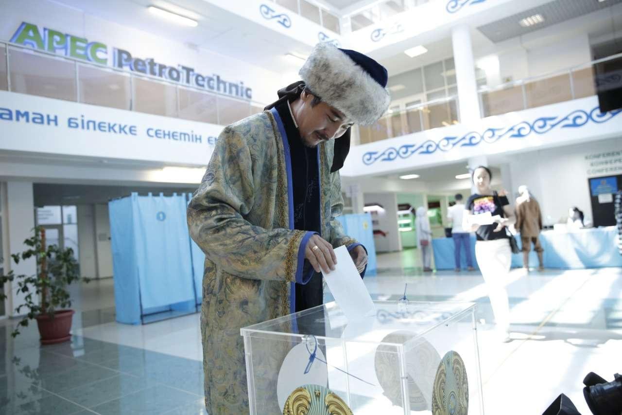 В Атырау на избирательный участок пришли актёры
