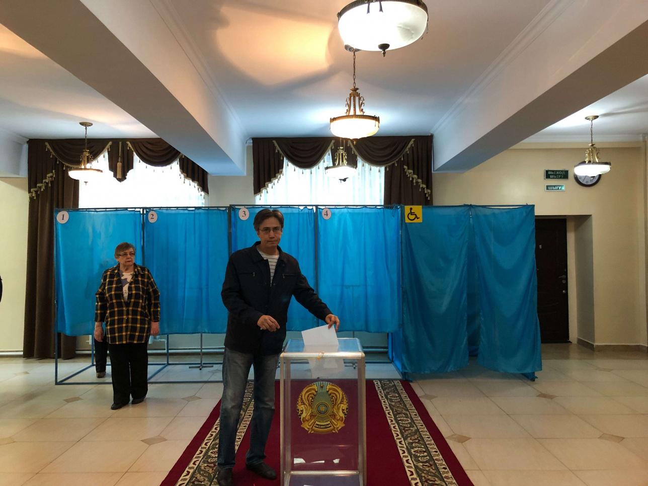 Житель Алматы Спартак на избирательном участке