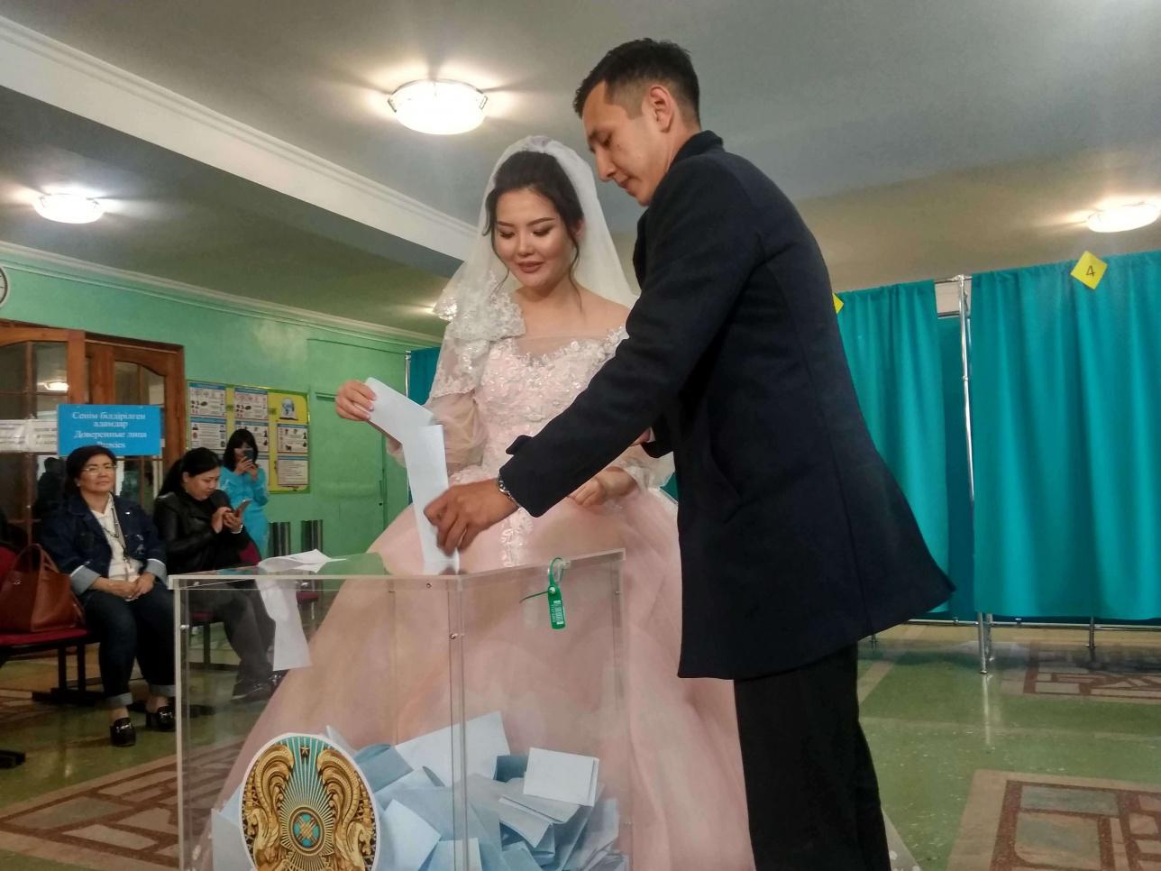 В Нур-Султане молодожёны зарегистрировали брак на избирательном участке
