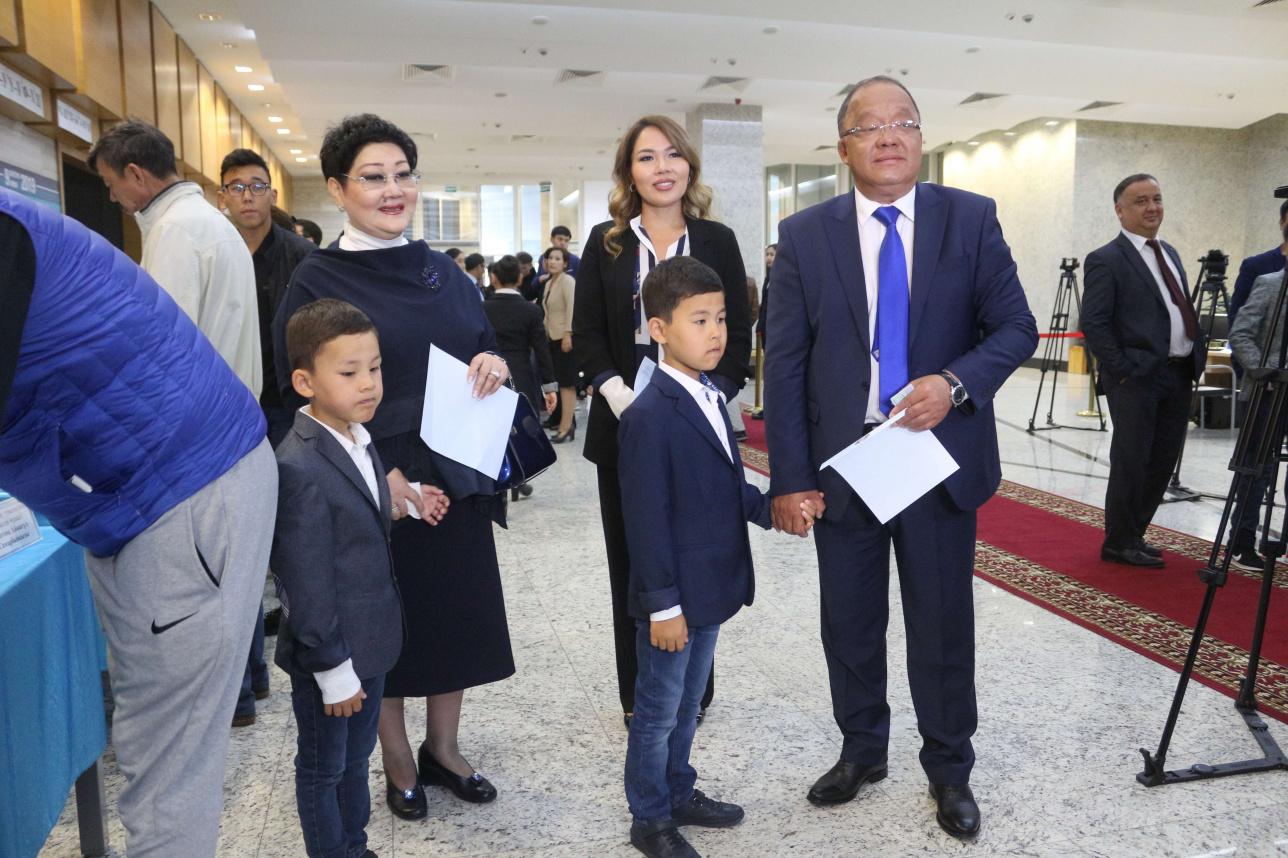Толеутай Рахимбеков с семьёй