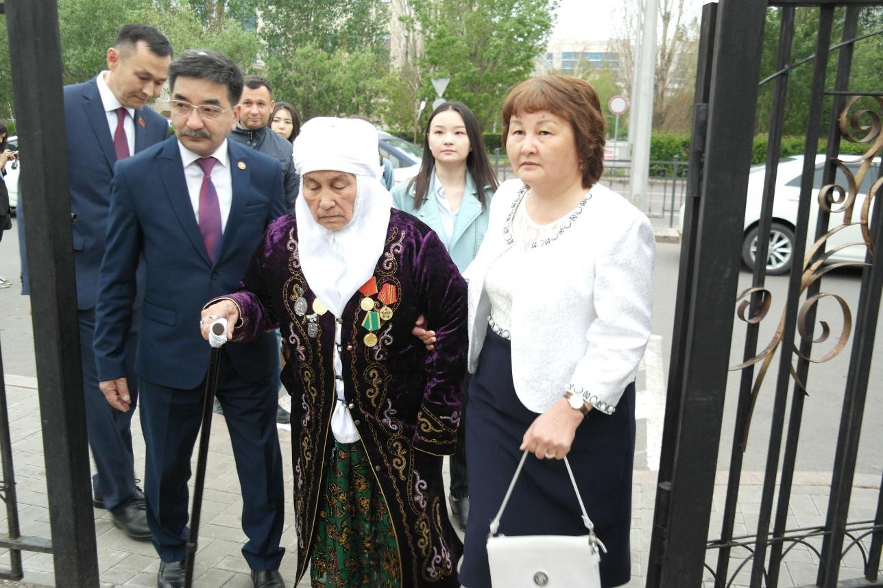 Жамбыл Ахметбеков пришёл голосовать с семьёй