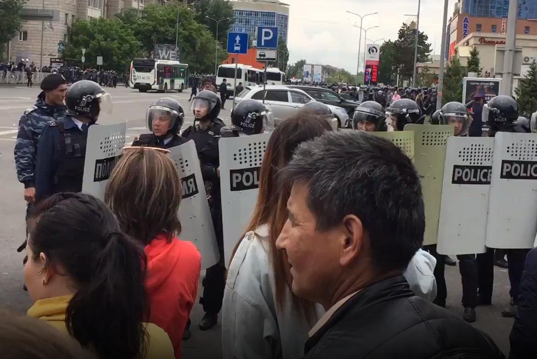 """По данным МВД, в митингах участвуют """"несколько сотен человек в Алматы и Нур-Султане""""."""