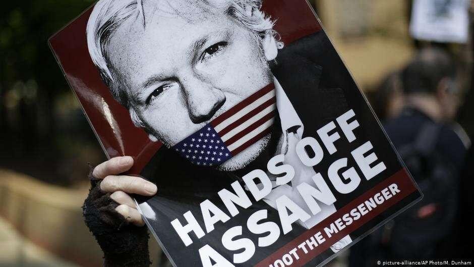 Плакат в поддержку Ассанжа