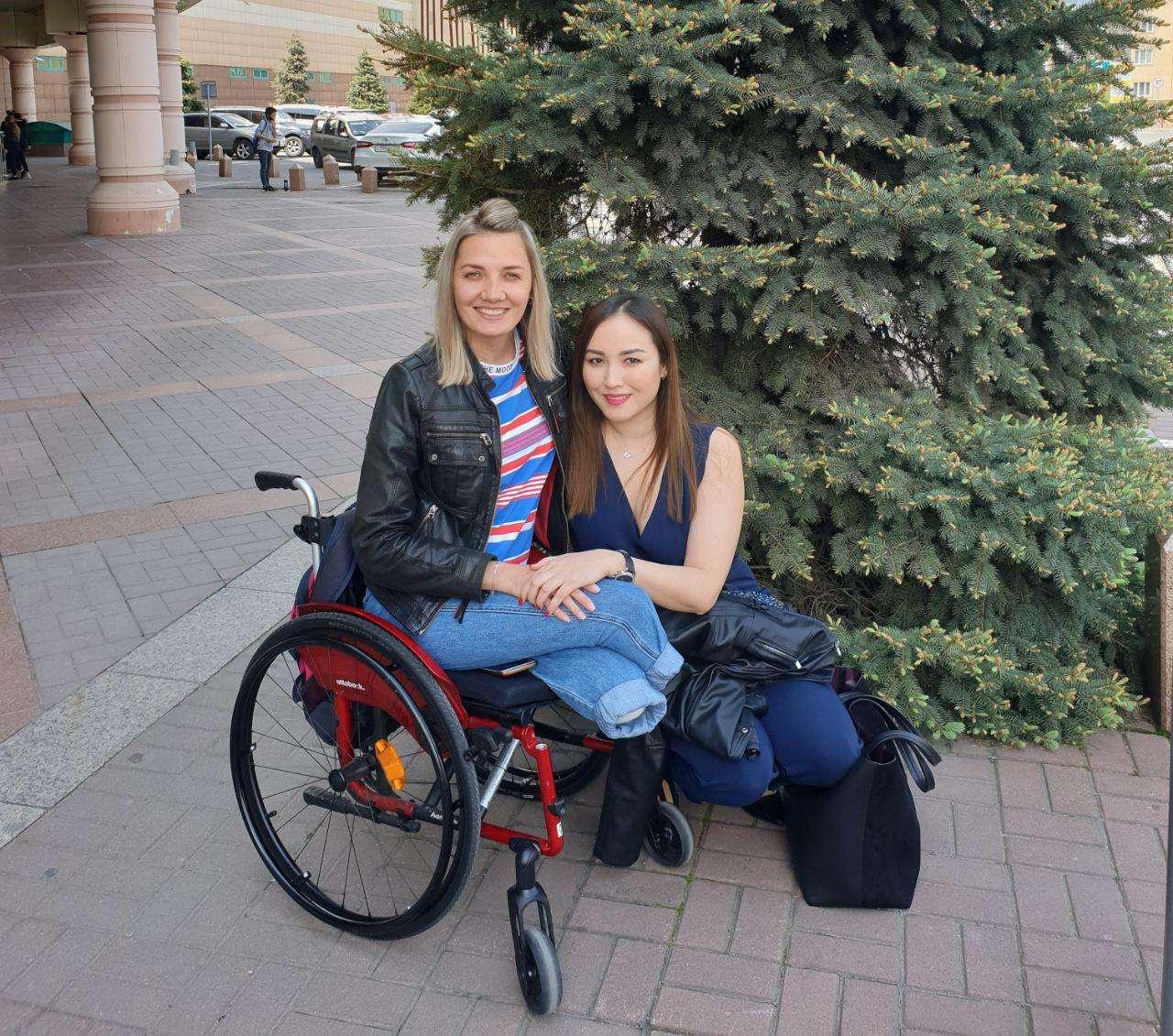 Екатерина Парафиева и её адвокат Жанна Уразбахова после заседания Верховного суда