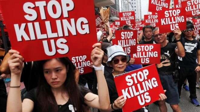 """""""Прекратите нас убивать!"""" - такие плакаты в руках у многих участников марша"""
