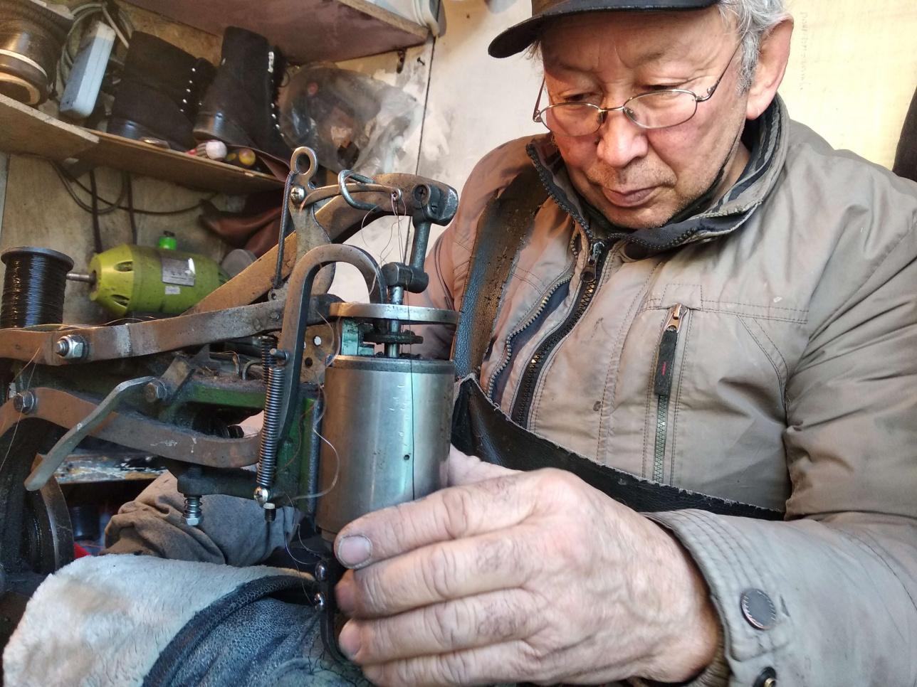 60 жастағы, Мусабек ақсақалдың аяқ киім жамап отырған сәті