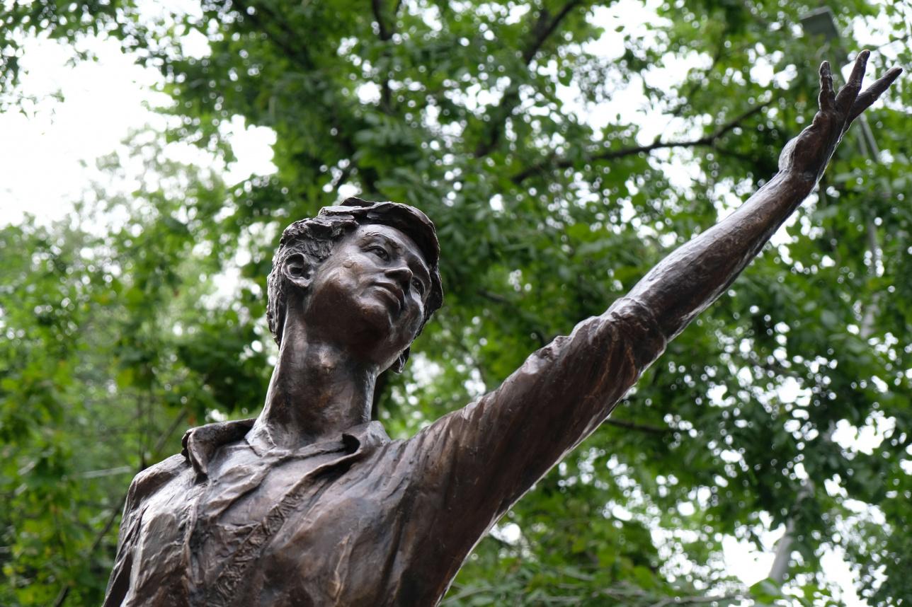 Бронзовый памятник Денису Тену