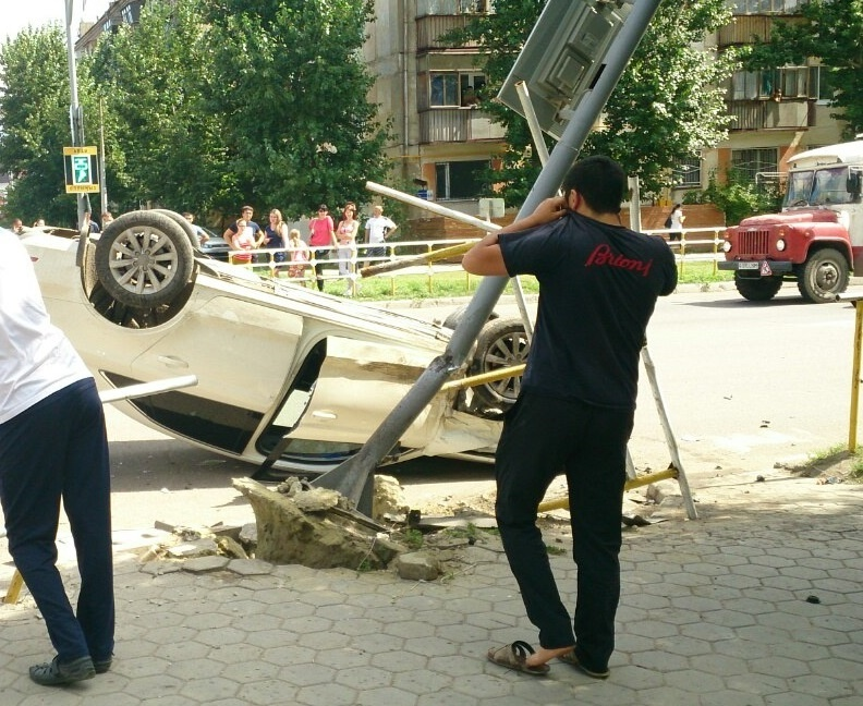 Audi после столкновения врезалась в опору светофора.