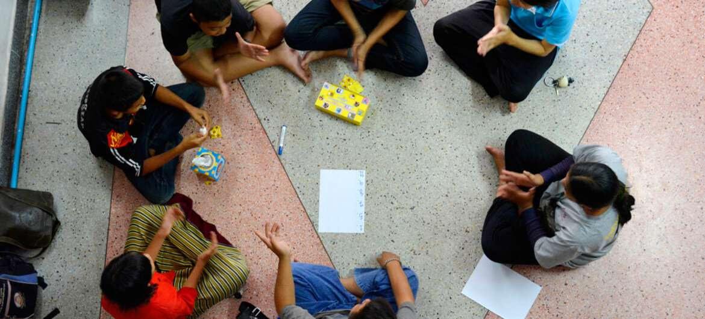 Группа молодёжи в Таиланде проходит ознакомительный курс по ВИЧ/СПИДу
