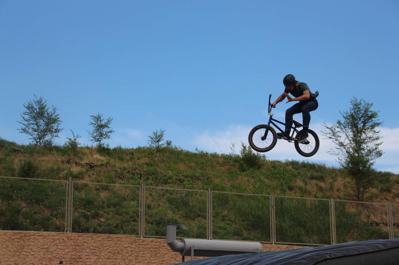 Спортсмены прыгают с небольшого трамплина