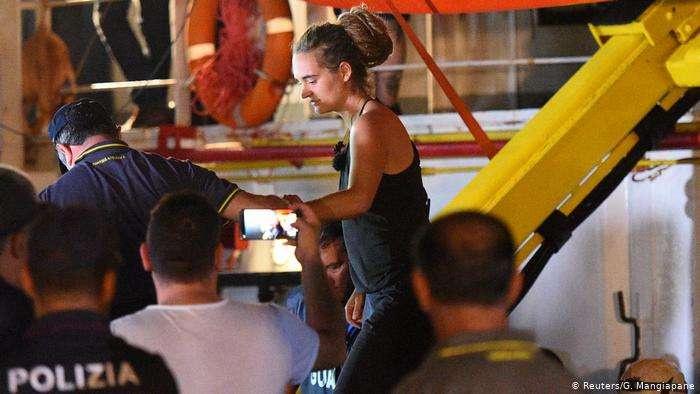 Задержание Каролы Ракете в порту Лампедузы