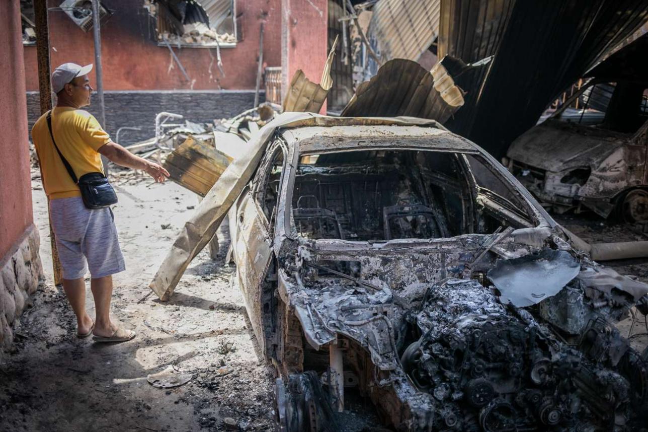 """Меиржан Мынбаев рядом с обгоревшим """"мерседесом"""" S класса"""