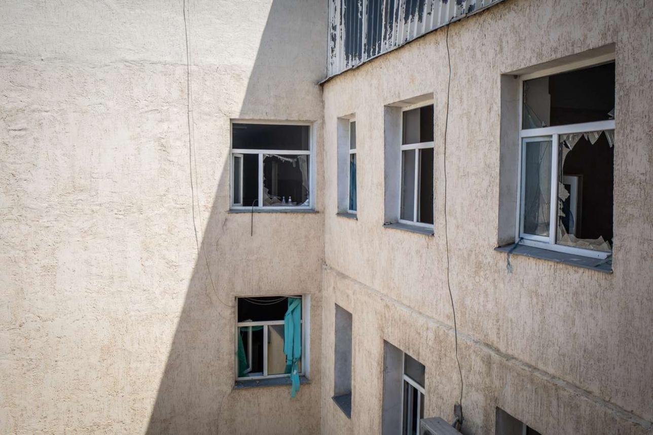 Поврежденные окна центральной районной больницы