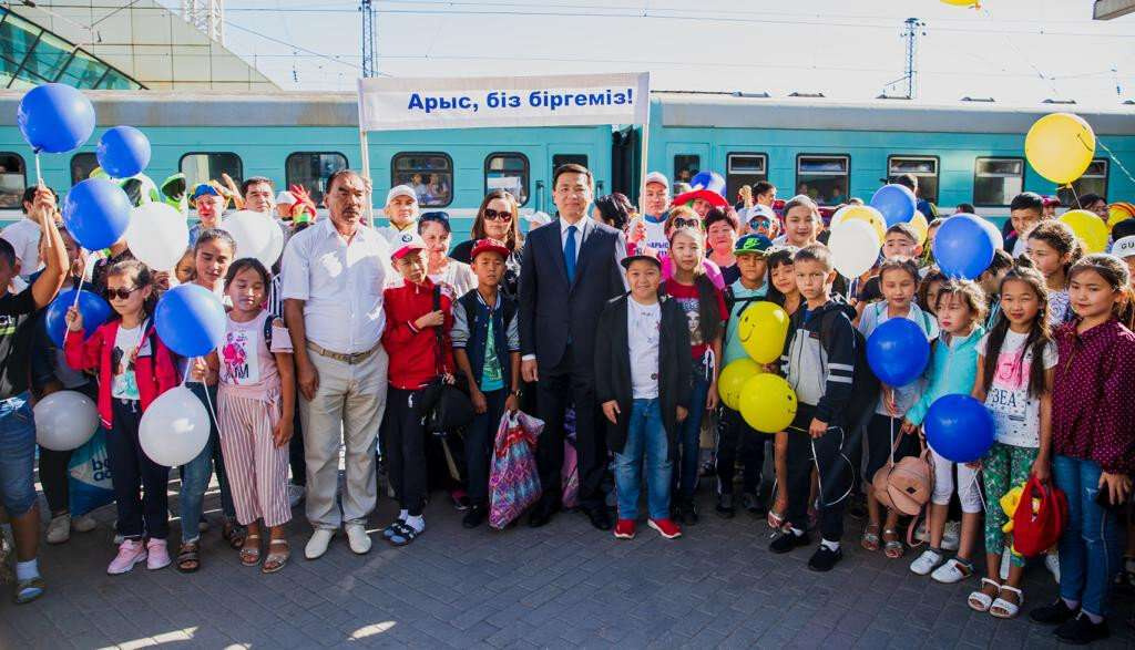 Алтай Кульгинов встретил детей из Арыси