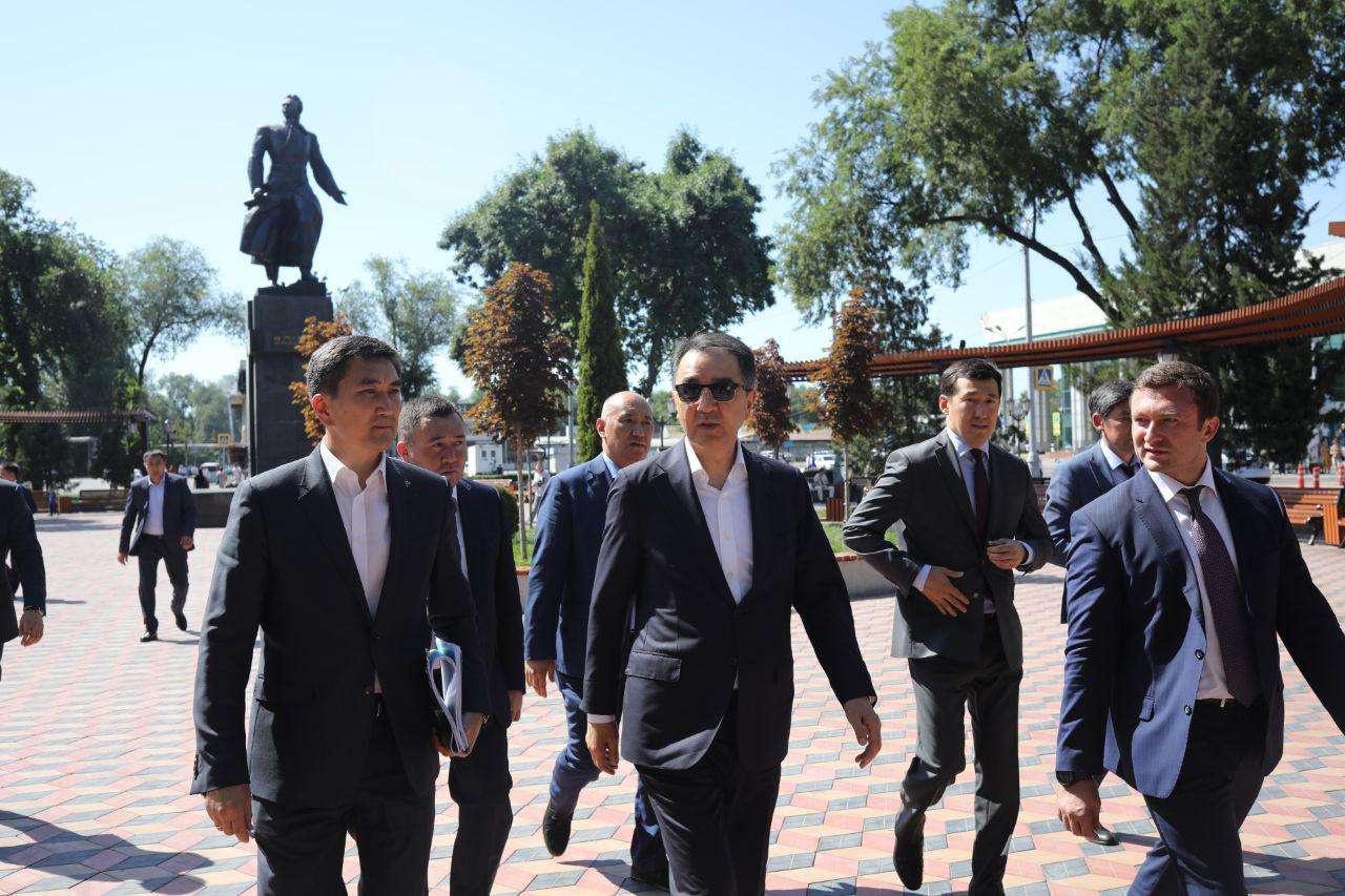 Бакытжан Сагинтаев прогулялся по привокзальной площади