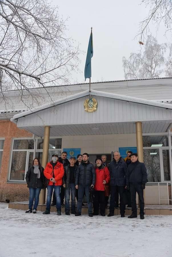 Декабрь 2018 года. вместе с соратниками и журналистами у здания в Бостандыкского суда Алматы.