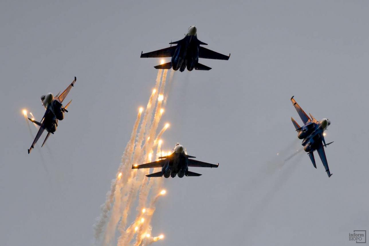 """Пилотажная группа """"Русские Витязи"""" выступает на многоцелевых истребителях Су-30СМ"""