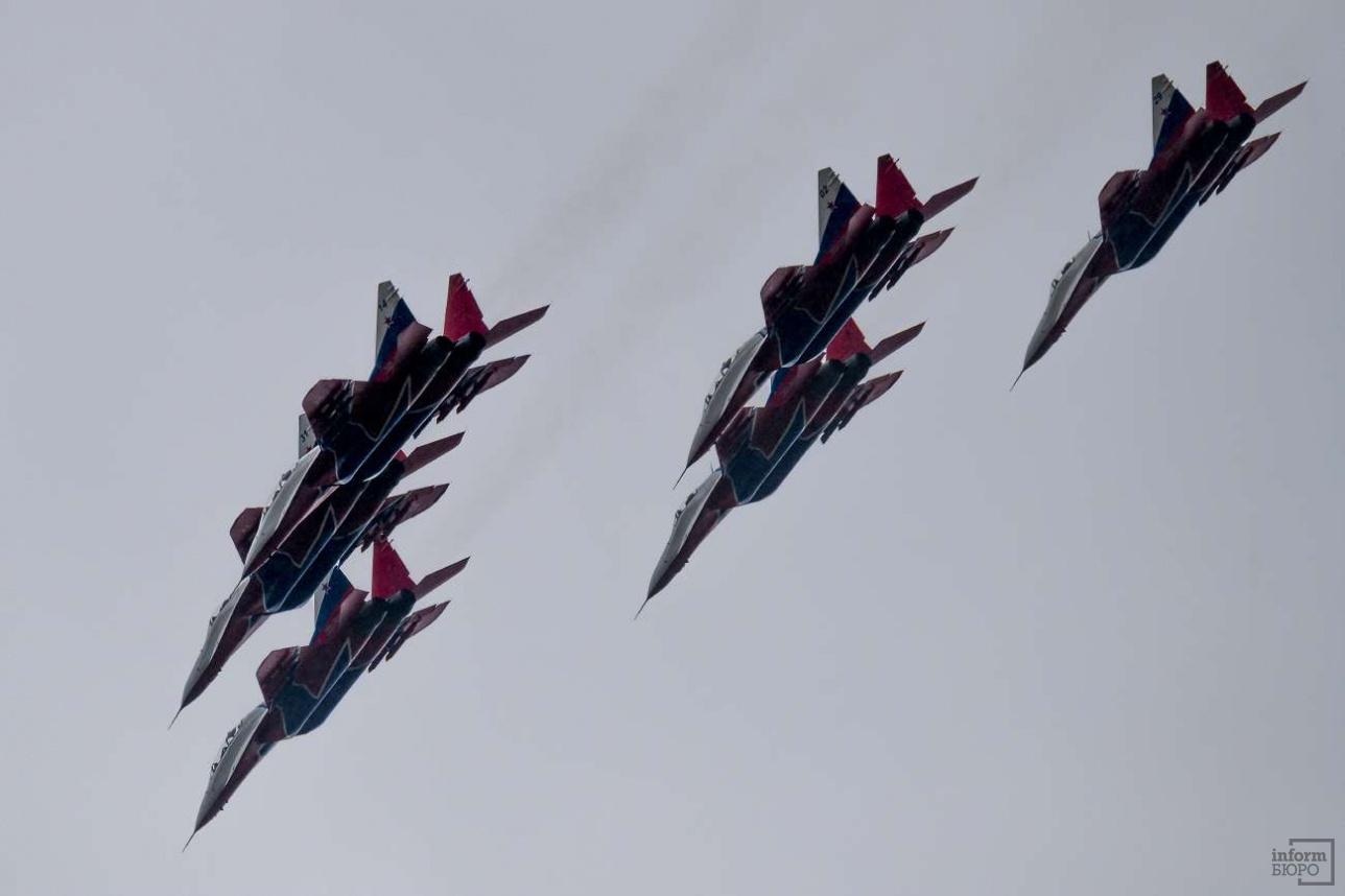 """Пилотажная группа """"Cтрижи"""" выступает на легких истребителях МиГ-29УБ"""