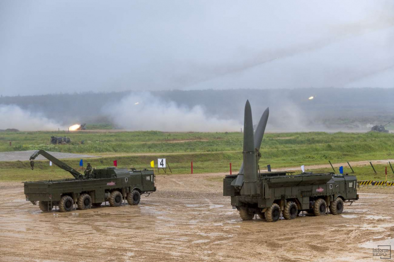 "Оперативно-тактический ракетный комплекс ""Искандер-М"" на фоне залпа РСЗО БМ-21 ""Град"""