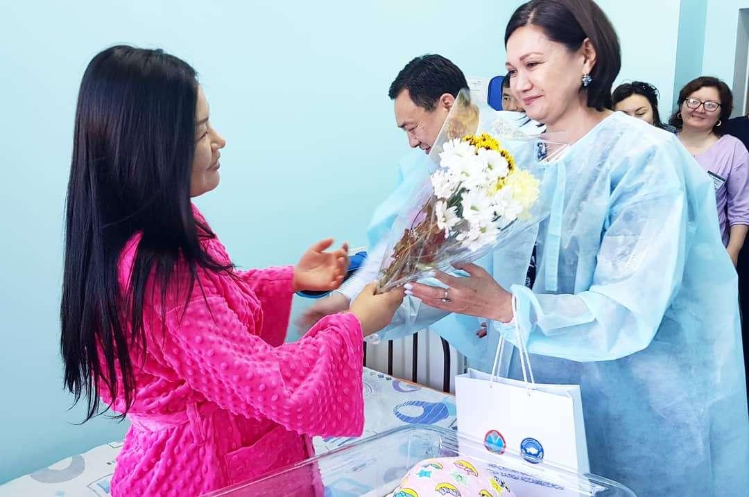 Родителям вручили цветы и памятные подарки