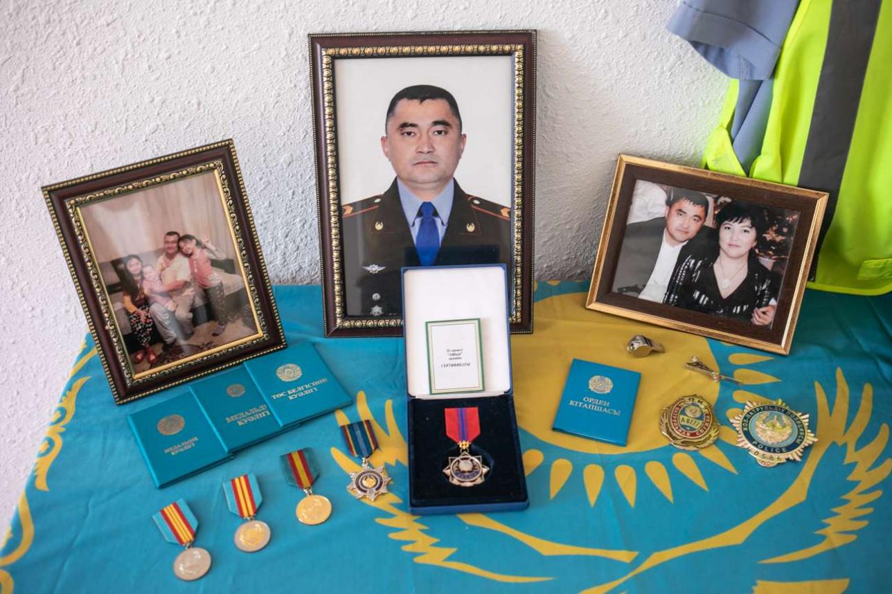 Уголок памяти о Серике Абильдаеве в талгарской квартире