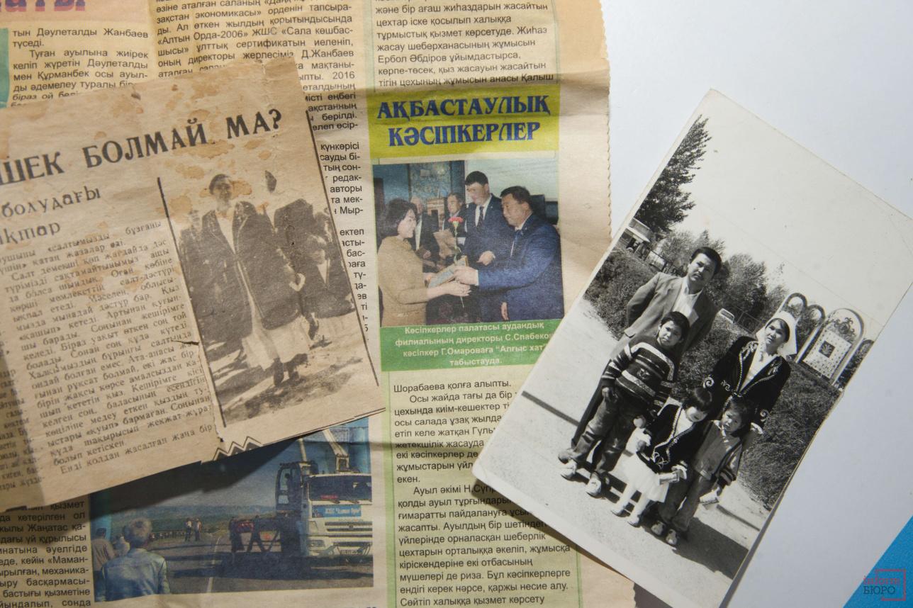 1992 жылы көшеде ұлттық киім киіп жүргені үшін, бұл отбасы газетке шығып, шеруге қатысқан