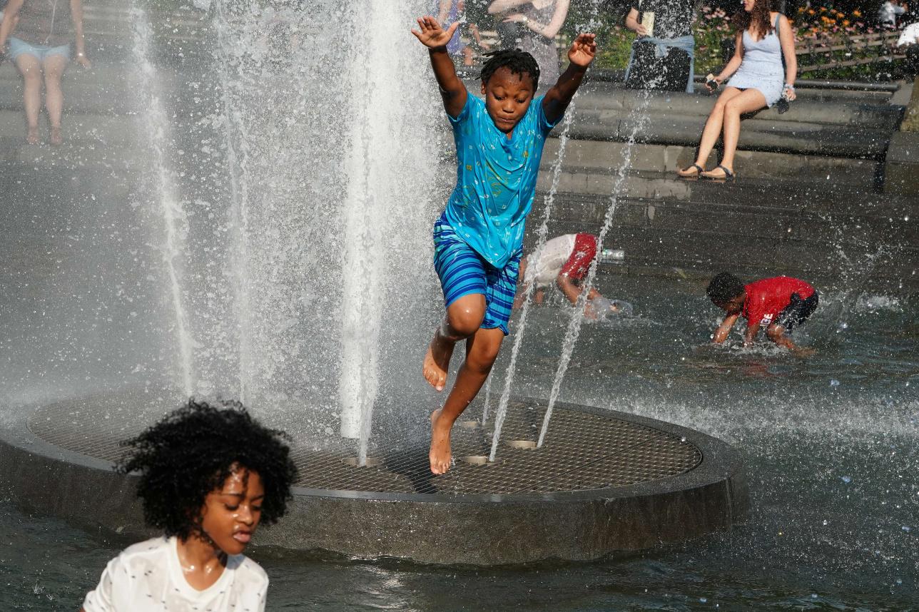 Дети играют в фонтане в парке Вашингтон-сквер