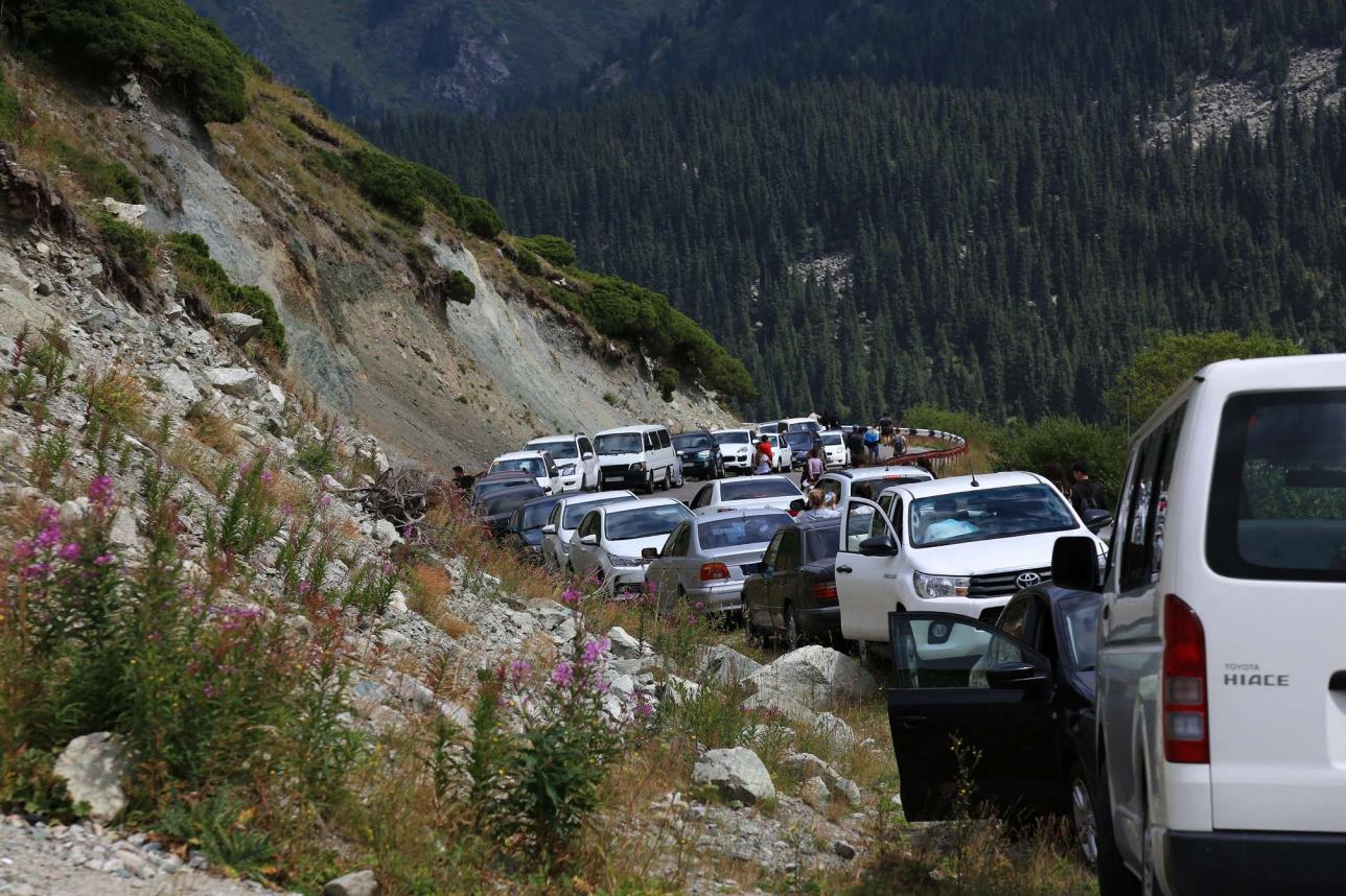 Автомобильная пробка по дороге на Большое Алматинское озеро.