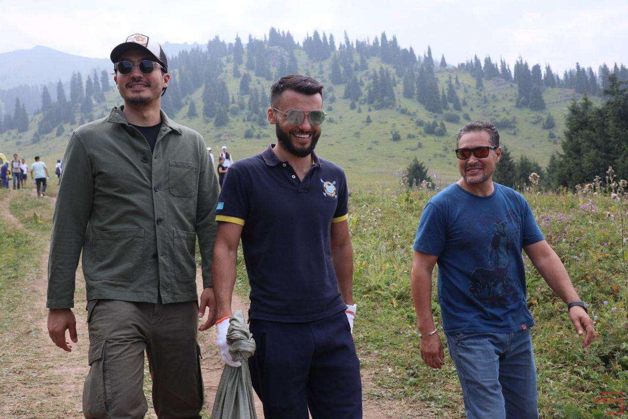 Известные казахстанцы также приняли участие в уборке Кок-Жайляу