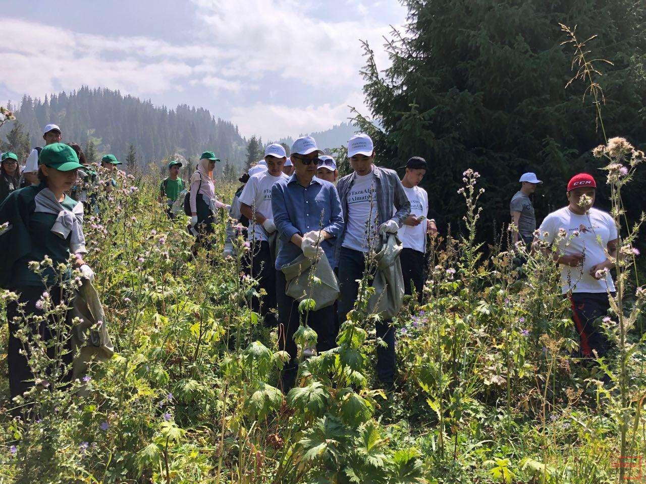 Бакытжан Сагинтаев собирал мусор вместе со студентами КазНУ им. Аль-Фараби