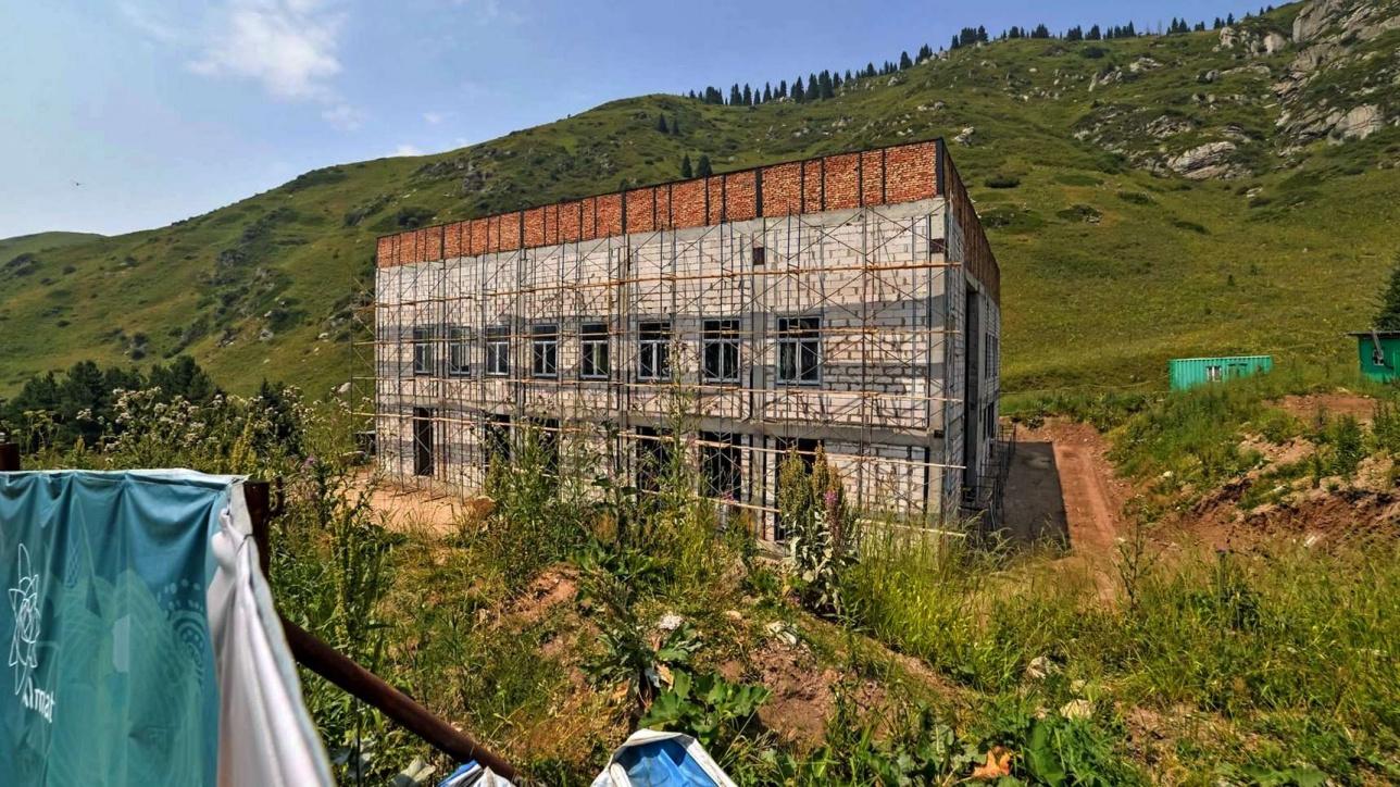 """Подстанция на Кок-Жайляу. 27 июля 2019 года. На снимке видно, что работы медленно, но ведутся: с зимы коробку здания """"одели"""" в строительные леса"""