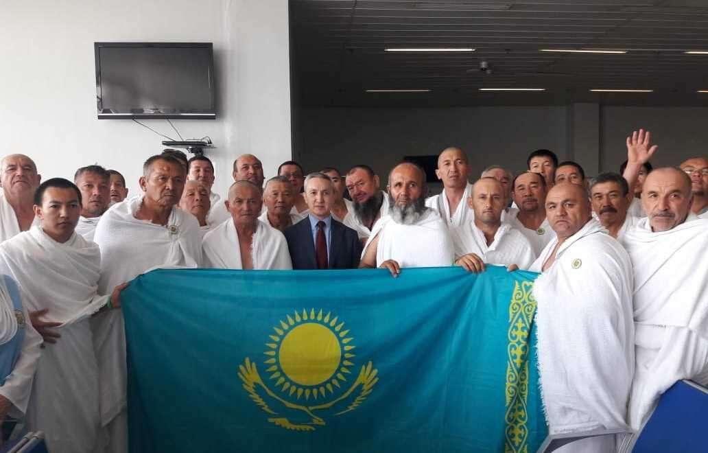 Представитель Консульства Казахстана в Джидде с паломниками