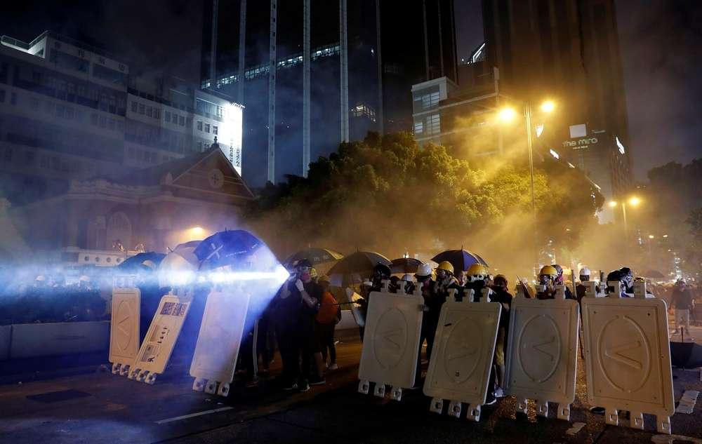 Митингующие с щитами заблокировали туннель