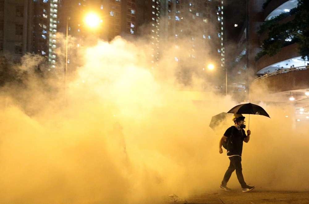 Полиция Гонконга дважды применила слезоточивый газ против демонстрантов