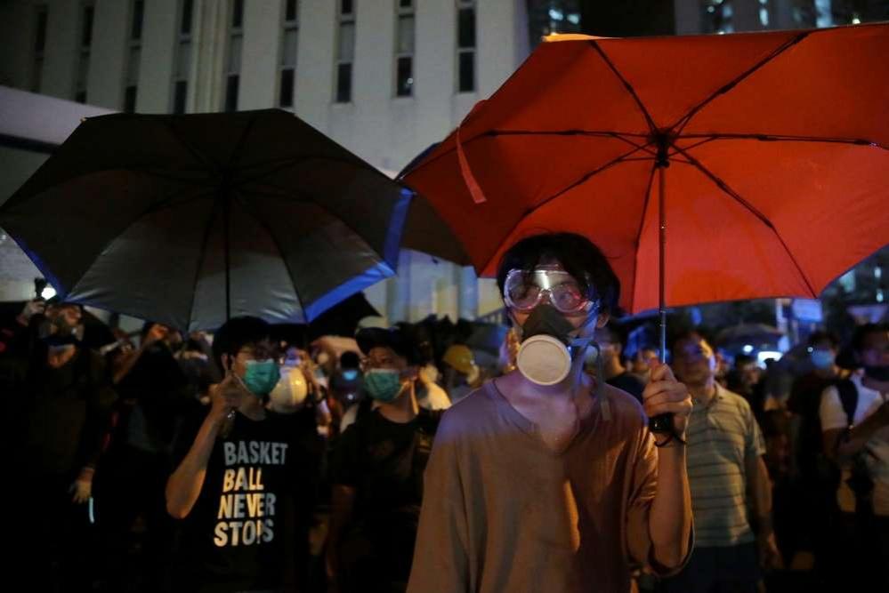 Протестующие вышли на улицы с зонтиками в руках