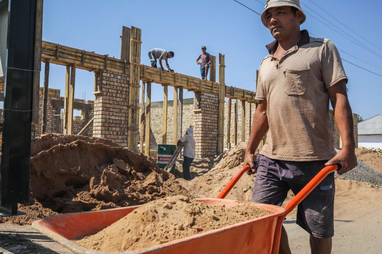 Рабочие из ВКО ремонтируют дом Момыновых