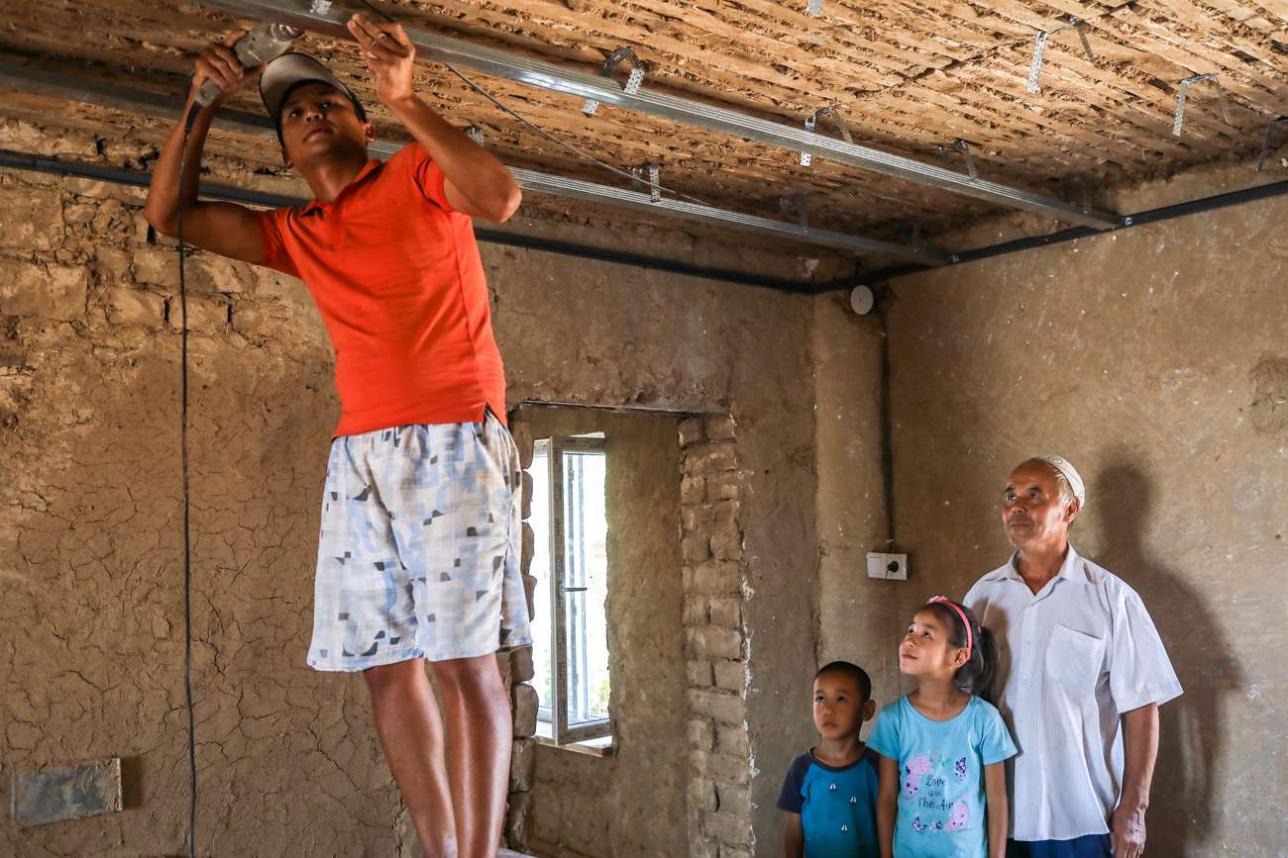 Рабочий делает ремонт в доме Пашанова