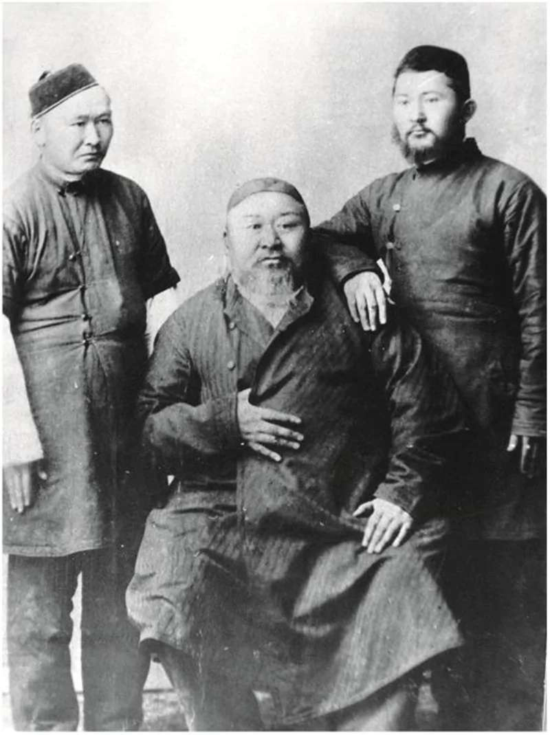 Қазақ ақыны Абайдың екі ұлының ортасында отырып түскен фотосы