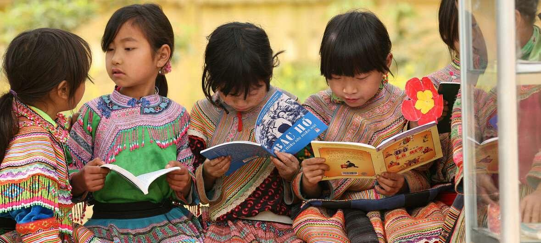 Девочки коренного населения читают на свежем воздухе в провинции Лао Кай, Вьетнам