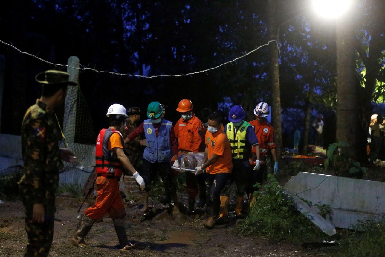 Спасатели выводят тела погибших