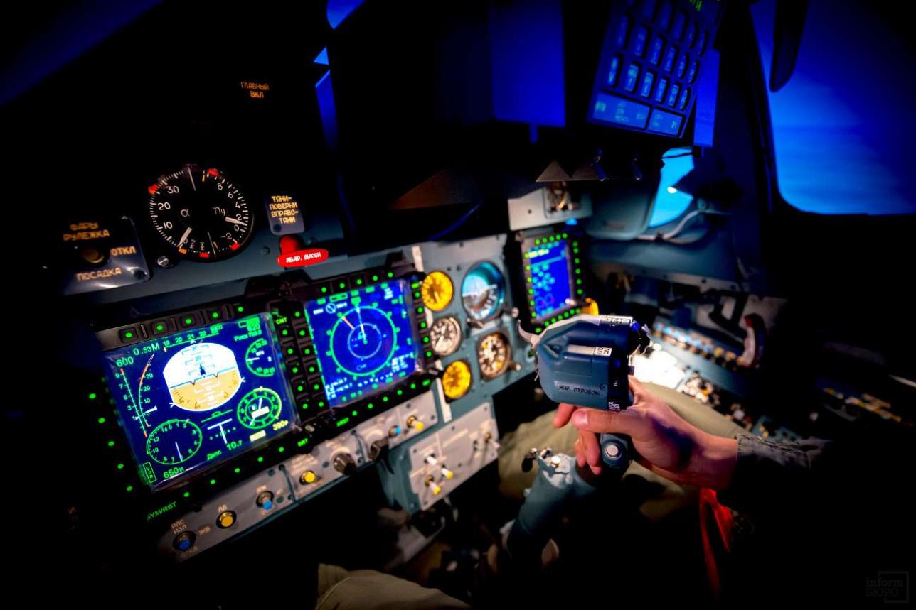 Комплектация командирской и штурманской кабин тренажёра полностью идентична боевому самолёту
